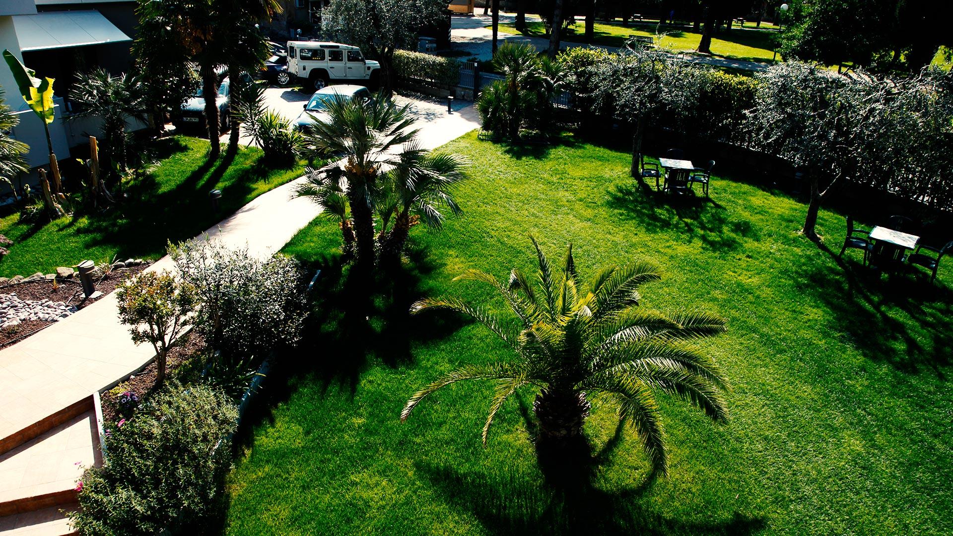 Il giardino curato di Villa Claudia Torbole
